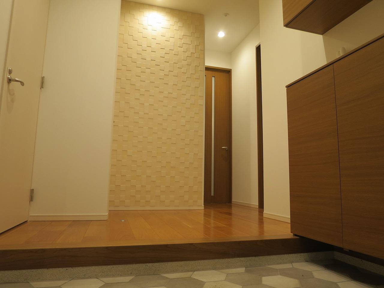 玄関は妻と並んで靴を履ける幅をイメージ